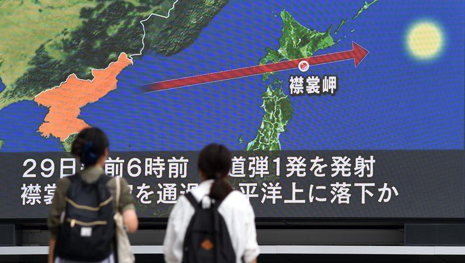 Banger Blick auf neue Nachrichten: In Tokio verfolgen Passanten an einer großen Leinwand die Nachrichten über den jüngsten Raketentest Südkoreas. Dabei überflog die Rakete Japan und stürzte dann in den Pazifik