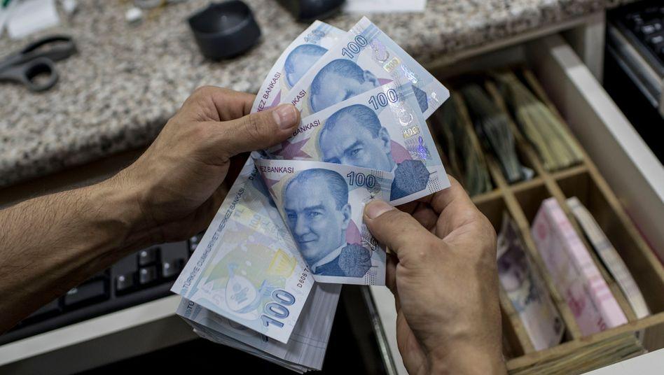 Türkische Lira in einer Wechselstube: Die Währung hat an einem Tag 19 Prozent an Wert zum Dollar verloren