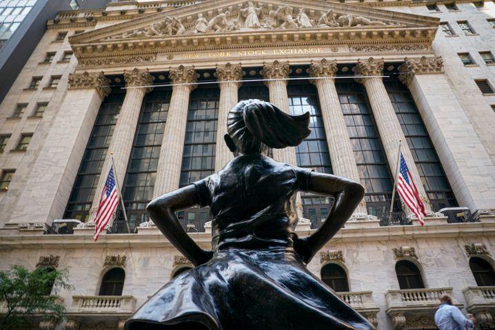 """""""Fearless Girl"""" heißt die Bronzeskulptur vor der New Yorker Börse – dabei kann einem so langsam mulmig werden."""