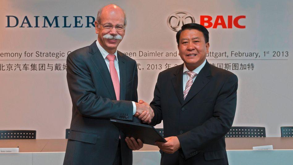 Langjährige Partnerschaft: Daimler-Chef Dieter Zetsche und BAIC-Chairman Heyi Xu (Bild 2013). Beide Autobauer haben jetzt den Bau einer Autofabrik in China vereinbart, dabei steht mit ...
