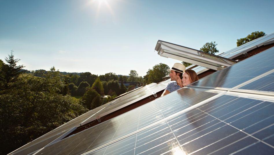 Hausbesitzer mit Photovoltaik-Dachanlage