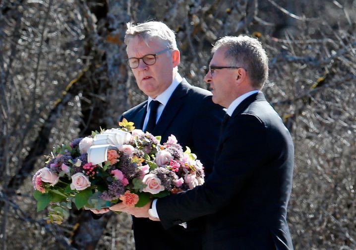 Spohr und der damalige Germanwings-Chef Thomas Winkelmann in der Nähe in der Nähe des Germanwings-Absturzes in den französischen Alpen.
