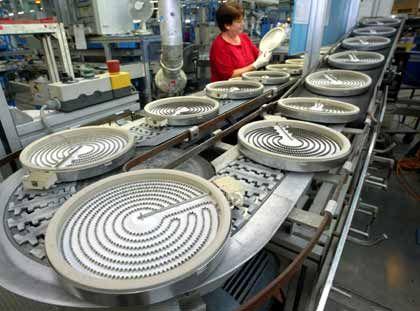 Endkontrolle: Srahlungsheizkörper für Cerankochfelder auf dem Produktionsband