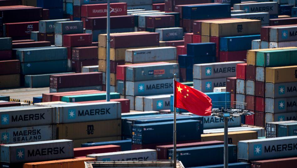 Container im Hafen von Shanghai: Der Welthandel wird von den Spannungen zwischen den USA und China stark belastet.