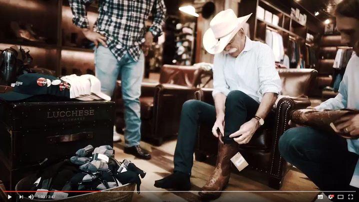 Entdeckt schon länger seinen Modemut: Daimler-Chef Dieter Zetsche beim Shoppen in Austin, Texas. Die Stiefel sind aus Straußenleder, der Mann auf dem Weg zur SXSW-Konferenz, einem Innovationsfestival für den digitalen Wandel.