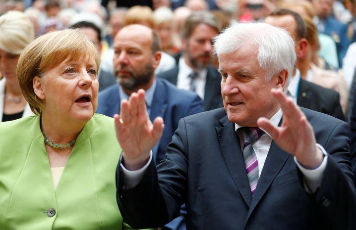 Was tun? Angela Merkel und Horst Seehofer, Innenminister und einer ihrer Widersacher aus der CSU.