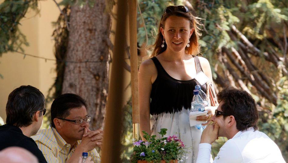 Familiensache: Managerin Anne Wojcicki im Sommer 2008 umgeben vom damaligen Yahoo-CEO Jerry Yang (M.) und den Google-Mitgründern Larry Page (l.) und Sergey Brin