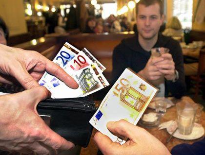 In den meisten Ländern sehr gern gesehen: Trinkgeld für Restaurantkellner
