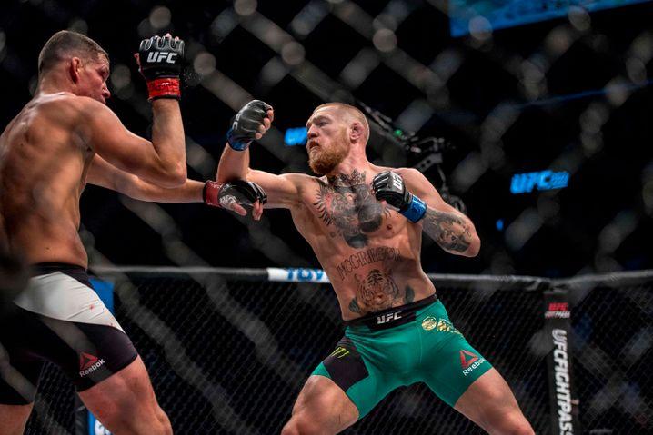 Kämpfen im Drahtkäfig: Conor McGregor gegen Nate Diaz (links)