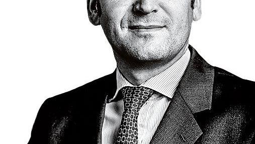 KLAUS SCHWEINSBERG ist Wirtschaftsprofessor und Gründer des Centrums für Strategie und Höhere Führung. Der frühere Verlagsmanager und Journalist berät zahlreiche deutsche Familienunternehmen.