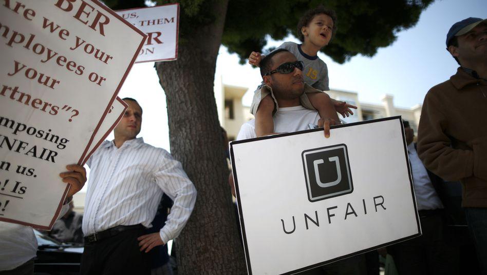 Protest gegen Uber: Wegen seiner rüden Methoden ist der Fahrdienstanbieter immer wieder die Zielschreibe von Demonstrationen. Gedankenspiele eines Managers könnten jetzt das Fass zum Überlaufen und Uber-Chef Kalanick zum Handeln zwingen