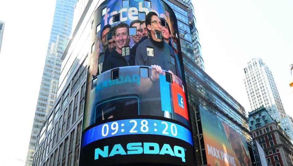 Börsenflop: Nur einen Tag nach dem IPO (Anzeige an der Nasdaq am New Yorker Times Square) verzeichnet Facebook zweistellige Kursverluste