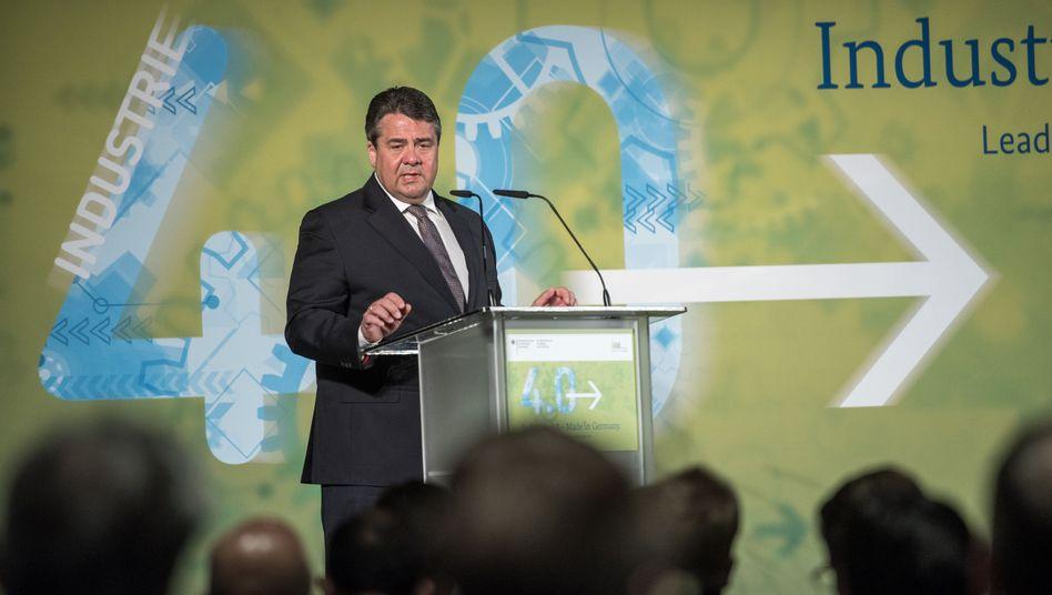 Bundeswirtschaftsminister Sigmar Gabriel spricht am Dienstag bei der Hannover Messe zum Start der Plattform Industrie 4.0. Mit dieser Initiative wollen Regierung und Industrieverbände der aus ihrer Sicht notwendigen stärkeren Digitalisierung der Wirtschaft eine größere Aufmerksamkeit verschaffen