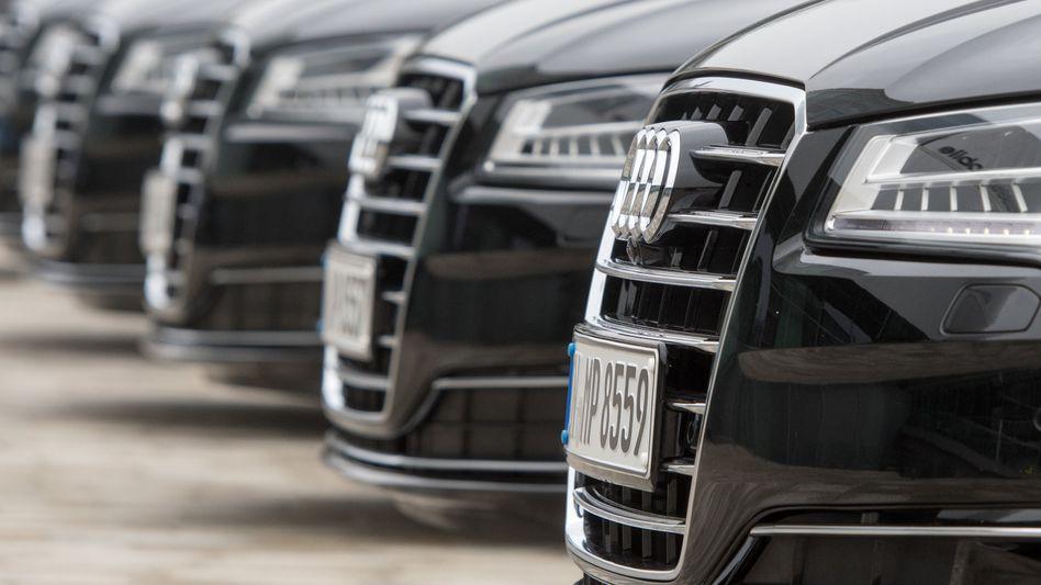Audi-Fahrzeuge vor der Zentrale in Ingolstadt: Der Autobauer streicht bis 2025 rund 9500 Arbeitsplätze, 2000 neue Jobs sollen aber im Gegenzug geschaffen werden