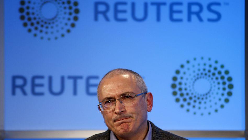"""""""Sie sind verrückt geworden"""": Ex-Ölmagnaten Michail Chodorkowski zog nach 10 Jahren russischer Lagerhaft in die Schweiz und kritisiert weiter Präsident Putin. Die Reaktion lässt nicht lange auf sich warten"""