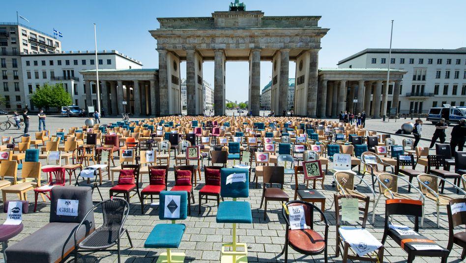 Leere Stühle vor dem Brandenburger Tor sollen auf die schwierige Lage der Gastronomie in Deutschland aufmerksam machen (Archivaufnahme 24.4.2020)