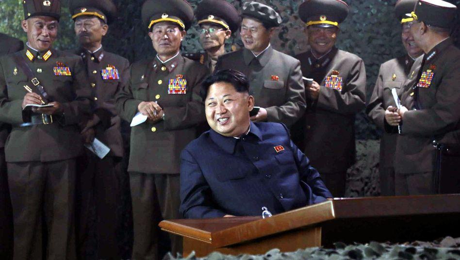 Kim Jong-Un, umgeben von führenden Militärs