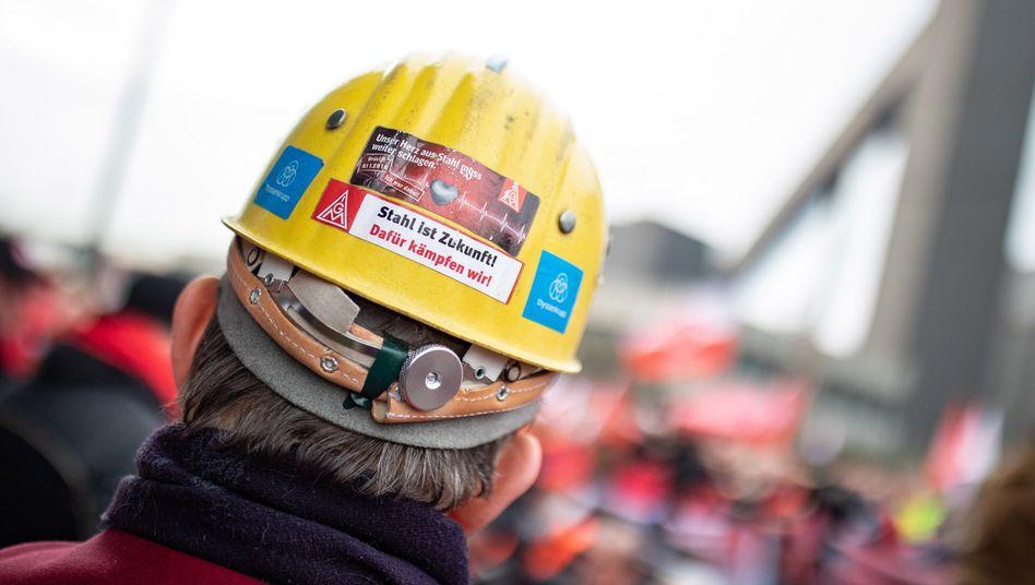 Stahlarbeiter bei Thyssenkrupp: Der Konzern will bis 2026 3000 Stellen in der Sparte abbauen