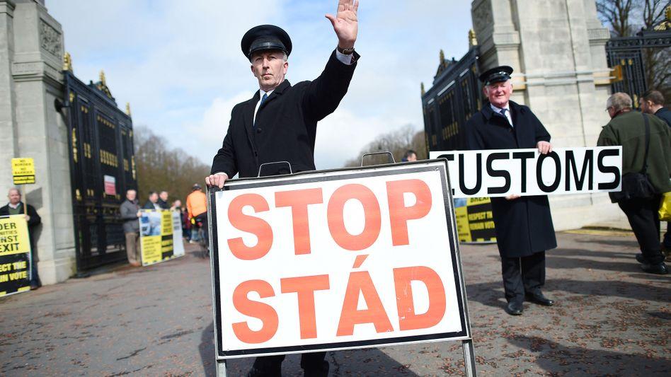 Anti-Brexit-Demo an der irischen Grenze: Nordirland könnte auf unbestimmte Zeit in einer Zollunion mit der EU bleiben - eine Horrorvorstellung für die Brexiteers