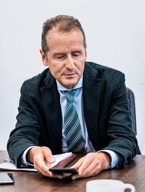 Novize: Volkswagen-Boss Herbert Diess will durch Twitter auch international stärker wahrgenommen werden. Neulich antwortete ihm Bill Gates.