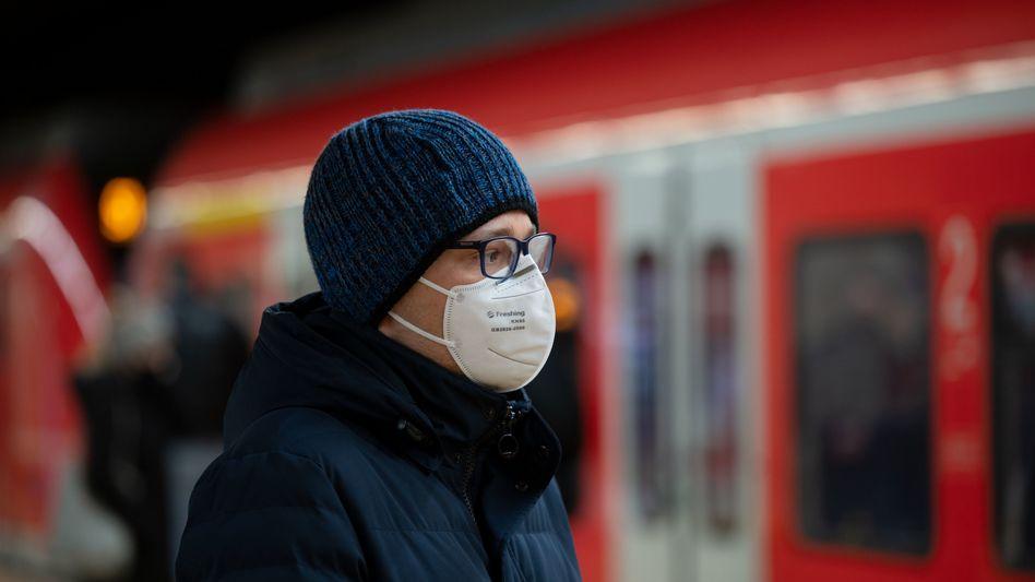 Medizinische Maske im ÖPNV wird Pflicht: Diese Vorgabe sowie die Vorgabe, Homeoffice zu ermöglichen, stößt beim Arbeitgeberverband Gesamtmetall auf Kritik