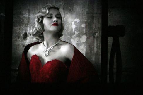 Dramatischer Auftritt:Frank Sorbiers Kreationen inszenieren die Schönheit des weiblichen Körpers