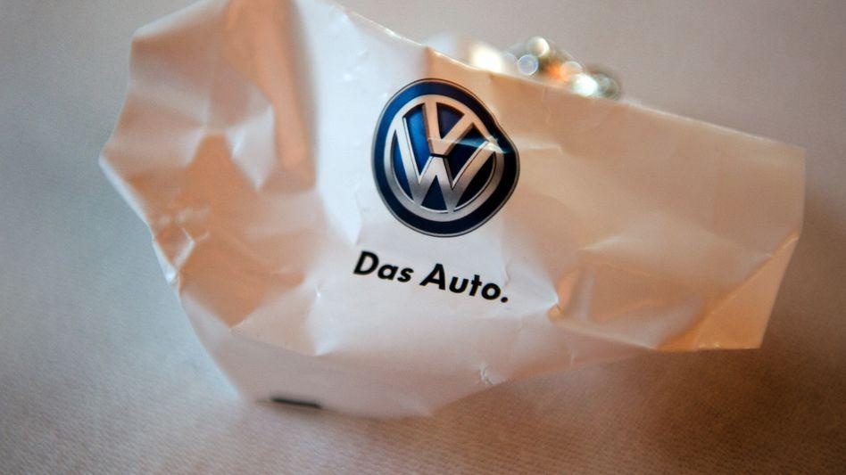 Wie das bloß wieder ausbügeln? Volkswagen erleidet mit der Abgas-Affaire auch einen beträchtlichen Image-Schaden. Analysten sind fassungslos