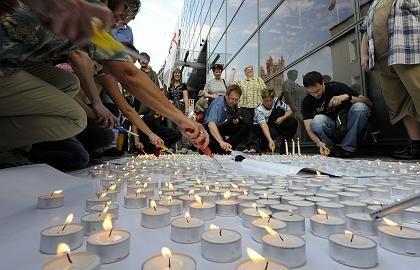 Eine Kerze pro verlagertem Job: Telekom-Mitarbeiter demonstrieren Mitte September vor der Firmenrepräsentanz in Berlin