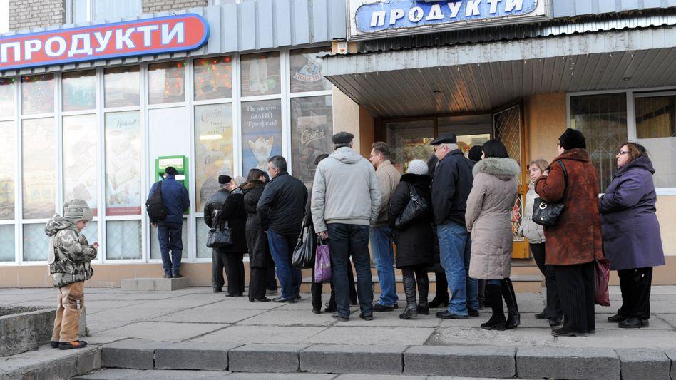 Bürger heben Bargeld ab: Wie hier in Lviv wächst in der gesamten Ukraine die Angst vor dem Staatsbankrott