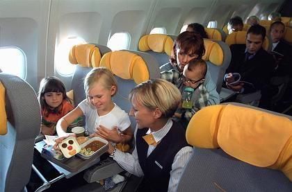 Stewardessen sind gefragt: Lufthansa stellt 1420 Flugbegleiter ein