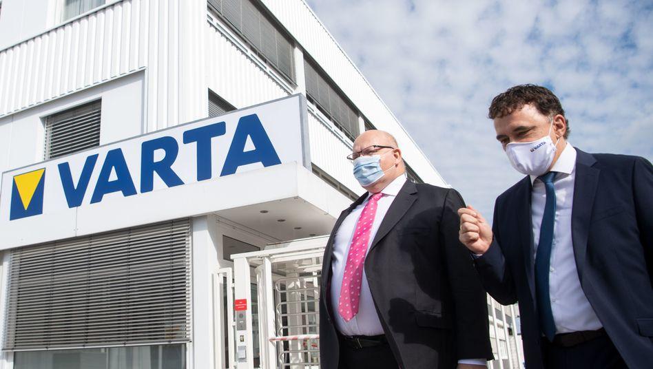 300 Millionen Euro vom Staat: Wirtschaftsminister Peter Altmaier (links) traf zur Übergabe eines Förderbescheids in Ellwangen Varta-Chef Herbert Schein