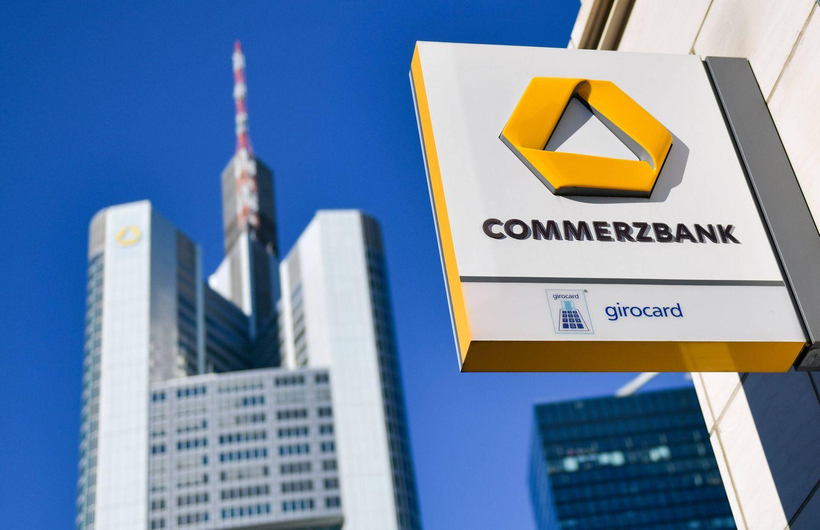 xblx, Commerzbank Filiale, dahinter der Commerzbank Tower Frankfurt am Main *** xblx, Commerzbank branch, behind it the