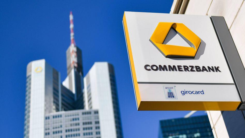 Commerzbank-Firmenschild: Die Bank versucht, durch starke Einschnitte auf die Erfolgsspur zurückzukommen