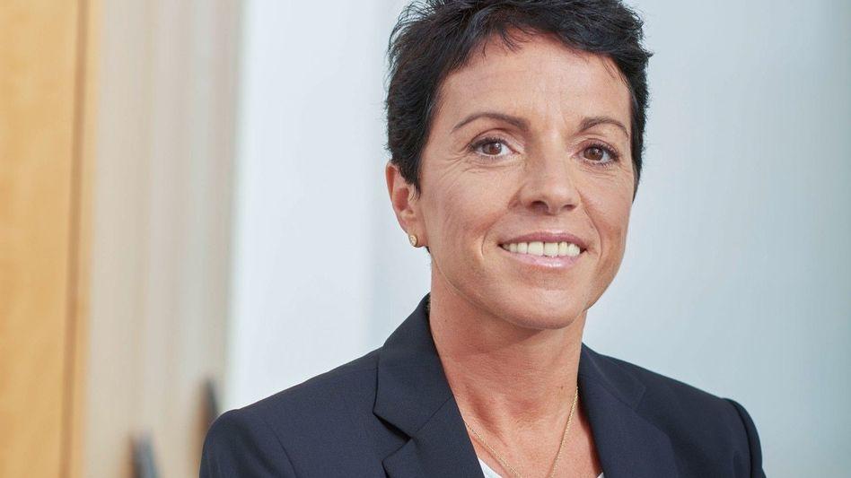 SABRINA SOUSSAN (50). Die im französischen Jura aufgewachsene CEO von Siemens Mobility fährt seit zehn Jahren in die spanische Metropole – mit dem Boot.