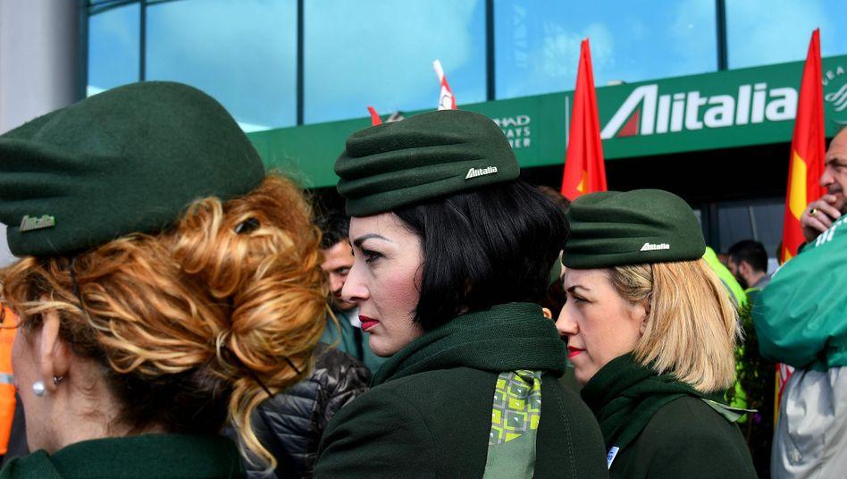 Sie müssen erneut um ihre Jobs bangen: Angestellt der Fluggesellschaft Alitalia