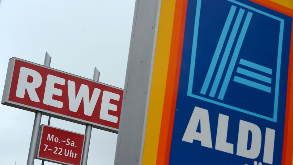 Supermarktketten wie Rewe haben im abgelaufenen Jahr ihren Umsatz stärker gesteigert als Discounter wie Aldi oder Lidl, berichtet die Gesellschaft für Konsumforschung. Ein Grund sei, dass die gute Konjunktur und Arbeitsmarktlage das Einkaufsverhalten der Kunden verändert hätten