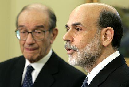 """""""Maestro"""" Greenspan und sein Nachfolger Bernanke: Die Politik niedriger Zinsen hat einen gewaltigen Schuldenberg hinterlassen"""