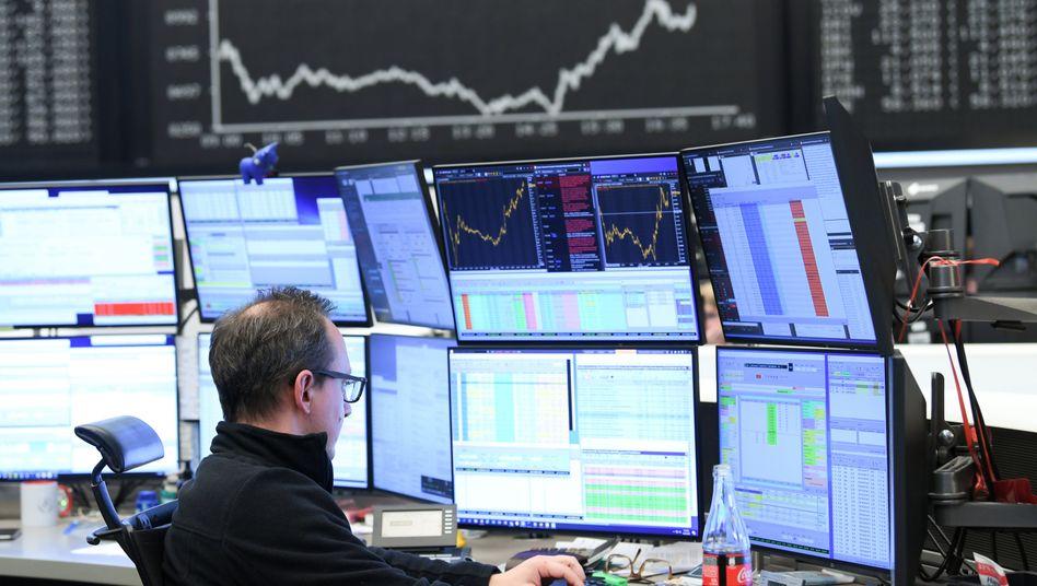 """Börse in Frankfurt: Der Dax schließt am Montag kaum verändert. Bei der """"Krisenwährung"""" Gold hingegen deckten sich die Anleger ein"""