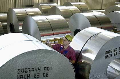 Fertige Aluminiumbahnen: Der weltgrößte Aluminiumkonzern Alcoa produziert wieder mehr