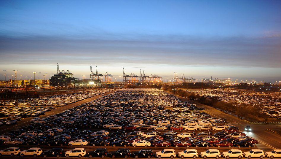 Fertig für den Export: Mercedes-Fahrzeuge vor ihrer Verschiffung in Bremerhafen