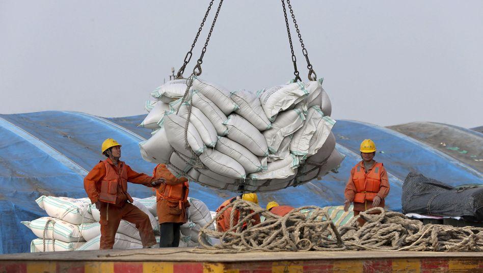 Hafen in Nantong: Arbeiter verladen aus den USA importierte Sojabohnen. Eine erneute Eskalation im Zollstreit soll vermieden werden