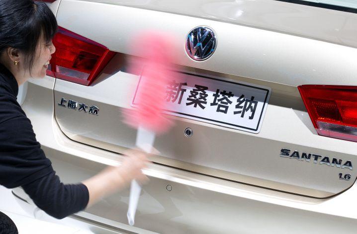 Volkswagen auf einer Automesse in Shanghai: Während VW und BMW an der Börse zuletzt schwächelten, erhoffen sich Anleger von Daimler eine Aufholjagd
