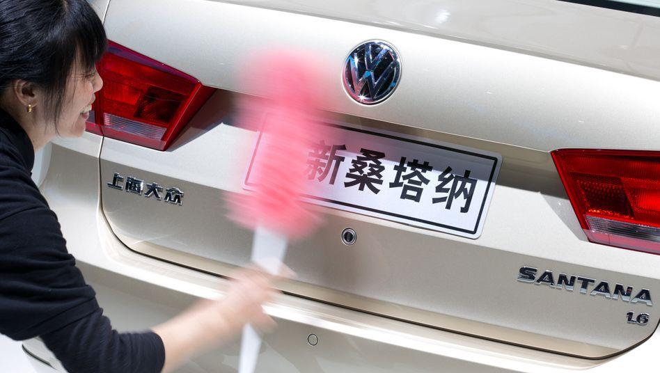 Nicht ganz so sauber wie ein Messefahrzeug: Chinas Staatssender CCTV wirft VW vor, in Vertragswerkstätten zu viel Geld für Routinereparaturen zu nehmen. Die TV-Attacken haben auch politische Gründe