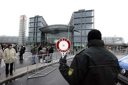 Sicherheitsrisiko: Vorsorglich hat die Deutsche Bahn den Berliner Hauptbahnhof gesperrt - zumindest teilweise