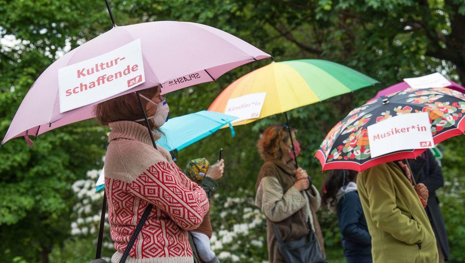 Im Regen: Solo-Selbstständige und Künstler protestieren im Mai vor dem Bundeswirtschaftsministerium gegen Löcher im Rettungsschirm