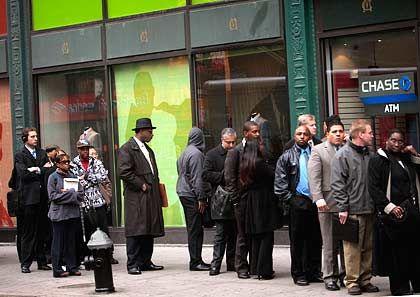 Arbeitssuchende in Manhattan: Auf eine längere Arbeitslosigkeit sind die US-Sozialsysteme nicht ausgerichtet