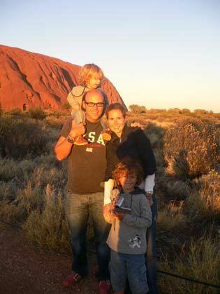 ... mit Frau und Kindern vor dem Ayers Rock ...