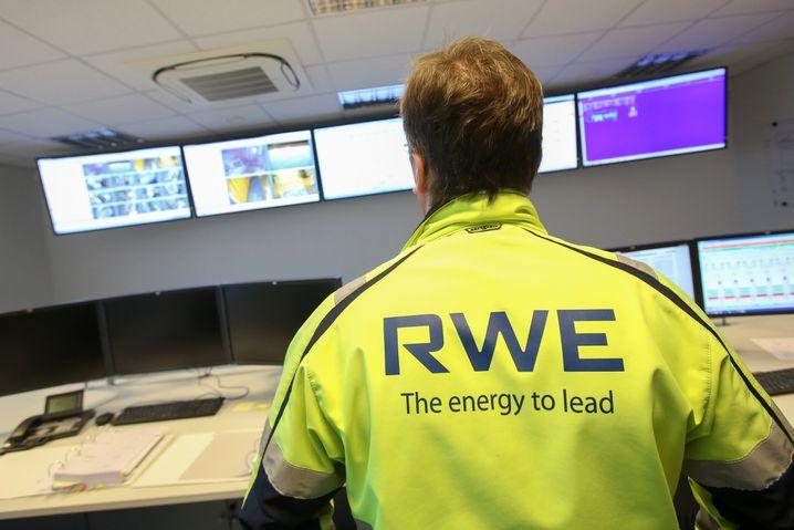 """RWE-Mitarbeiter im Kontrollraum des Offshore-Windparks Helgoland: """"Wieder attraktiv für junge Leute"""""""