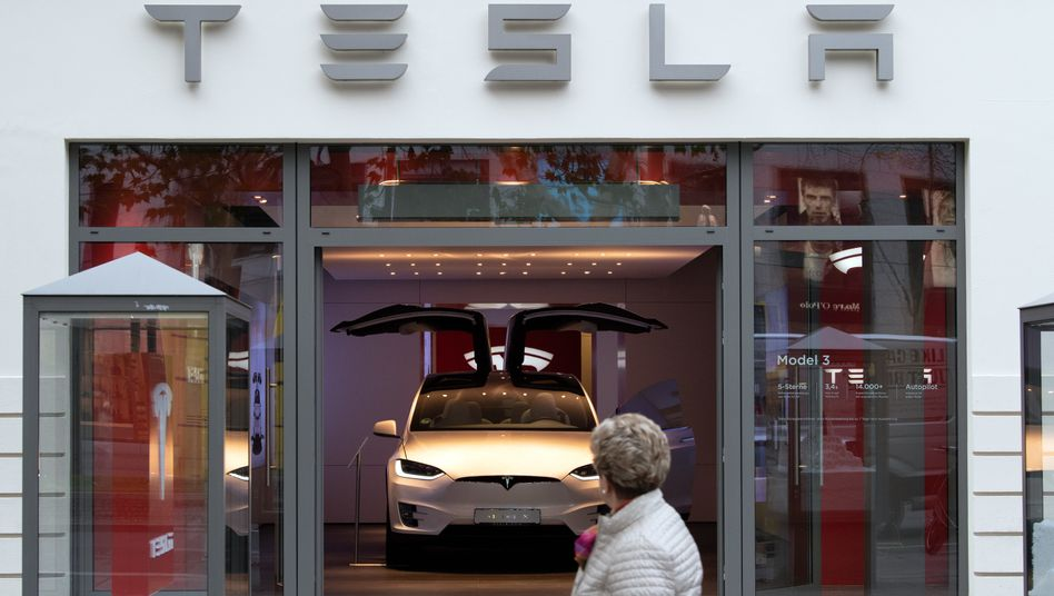 Tesla im Showroom in Berlin: Aktie auf Höhenflug