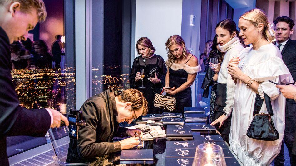 """Starbonus: Hollywood-Glamour treibt die Werte: Im April lud Montblanc seine VIP-Kunden zusammen mit den Schauspielern Chloë Sevigny (r.) und Hugh Jackman zur Preview und Gala nach New York. Präsentiert wurde die Sammleredition """"Le Petit Prince""""."""